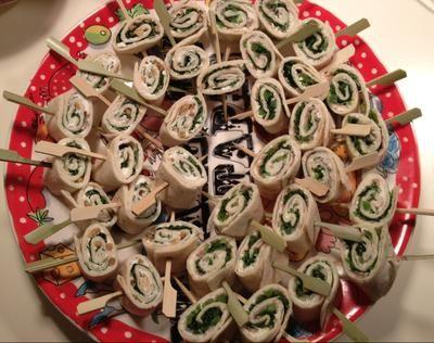 Bekijk de foto van MarjoleinKnopers met als titel Feestelijke wrapjes; combi geitenkaas-honing-pijnboompitten-rucola en rauweham-kruidenkaas-zongedroogde tomaat-pijnboompitten-rucola en andere inspirerende plaatjes op Welke.nl.