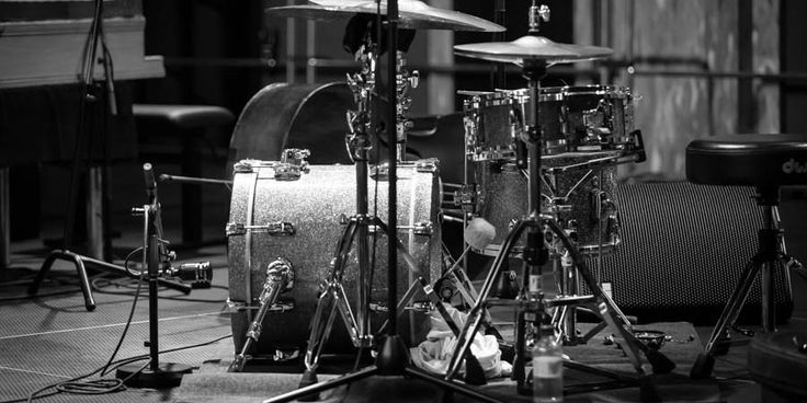 In this buying guide for the best drum throne find our picks that are divided into different price brackets, making it a complete resource for every budget.