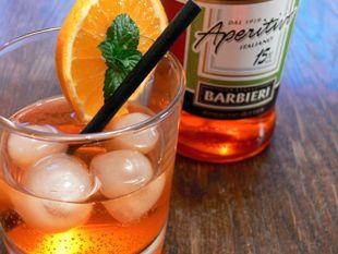 Aperol Sprizz ist besonders in Italien ein sehr beliebter Cocktail. Er ist nicht zu stark und hat durch den Prosecco einen spritzigen und erfrischenden Geschmack. Als Aperitif ist der Sprizz bestens geeignet.