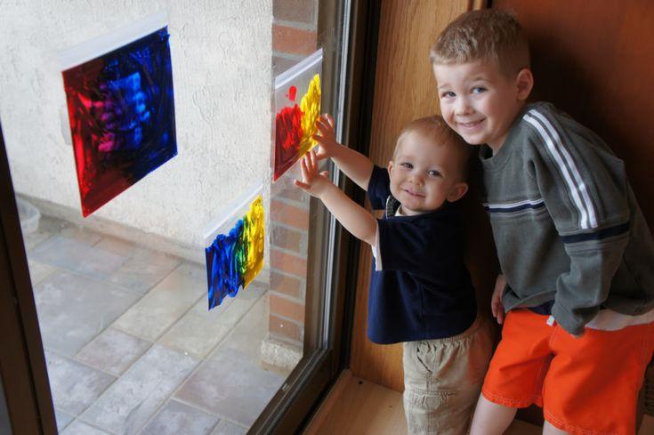 ziplock zakje vullen met verf en tegen het raam kleven. Daarna kleuren mengen.