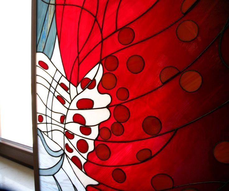 Когда цветные витражи закрывают окна в гостиной, лучи солнца становятся цветными. Когда витражи сдвинуты в пространство между окнами, они образуют картину. #витраж