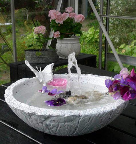 En liten fontän är inte bara ett vackert blickfång i trädgården, uterummet eller vid uteplatsen. Den bjuder också på ett rogivande vattenporl.