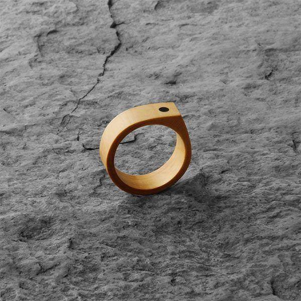 élieBois / Bague pointue en bois: base buis avec un point en ébène. Wooden pointed Ring: boxwood base with a ebony point.
