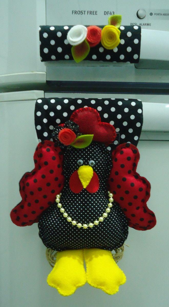 Confeccionado em feltro e tecido tricoline 100% algodão, com enchimento de fibra siliconizada antialérgica. <br>Produto 100% artesanal, peça exclusiva, lavável. <br>A galinha possui aproximadamente 20cm. <br>Acabamento com flores e folhas de feltro, fios de juta e cordão artesanal. <br>O fechamento é feito com velcro, o que possibilita um ajuste perfeito ao seu refrigerador. <br> <br>Obs.Se quiser, ao fazer sua encomenda especifique as cores predominantes desejadas para o tecido e as flores.