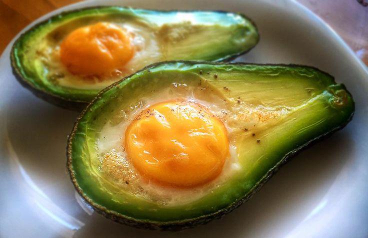 Pečené avokádo s vejcem je výborná snídaně, ale i svačina. Kombinace dvou surovin stačí k tomu, aby tělo dostalo plnohodnotnou stravu po ránu. Vejce patří mezi nejlepší bílkovinu a avokádo mezi velice zdravé tuky.