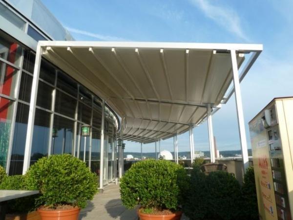 Pergole retractabile MED 85 montate pe structura aluminiu, posibilitatea de acoperire a unei terase curbate. Vedere detaliu.