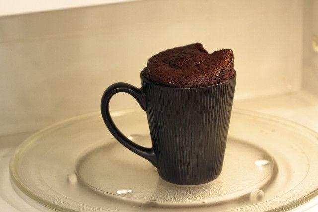Prepara un pastel de Nutella dentro de una taza en 5 minutos