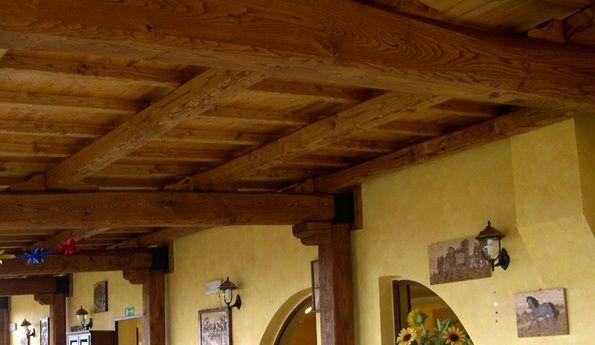 Oggi vi riportiamo qualche consiglio utile su come arredare una casa con una #CucinaClassica!!! Ricordate però, se la cucina è a vista, di accordare i colori con il resto della casa per mantenere un'omogeneità di fondo tra i vari ambienti della casa.  Nulla sa di rustico quanto le #travi di legno a vista, #finestre ampie e #pavimenti in legno, cotto o ardesia.