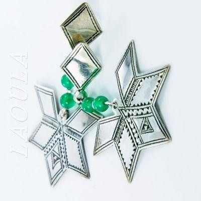 Bijoux ethnique Touareg Boucles d'oreilles argent et agate verte les motifs et symbole de bonheur.