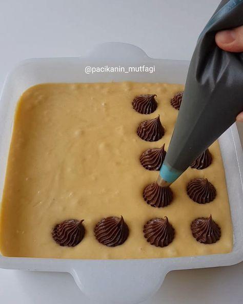 Hayırlı geceler ☺ Çok güzel bir kekim var Tereyağlı bir kek içine hazırladığım enfes bir krema ki kremanın içeriği de bol malzemos Krema kekle birlikte pişiyor ve ılık ılık yendiğinde inanılmaz güzel oluyor tavsiye ederim deneyin Bu dolgulu kek fikrini arkadaşım @neff_el den almıştım Silikon...