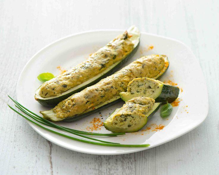 Un ripieno nutriente e vegetale per queste deliziose zucchine. Il tofu dona compattezza alla farcia, la arricchisce di proteine ma non di grassi e calorie