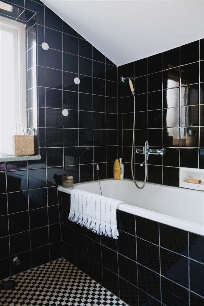 Badrum med svart originalkakel från 50-talet