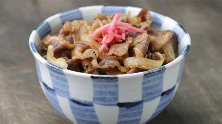 Japanese Beef Bowl 2人分材料:牛薄切り肉 250g玉ねぎ(くし切り) 1/2個生姜(千切り) 1片水 200mlしょうゆ 大さじ4酒 大さじ3みりん 大さじ3砂糖 大さじ2ごはん 2杯分紅生姜 適量作り方1. 鍋に水、しょうゆ、みりん、砂糖、玉ねぎ、生姜を加えて中火にかける。2. ひと煮立ちしたら牛薄切り肉を加えて弱火にし、アクを取りながら20分ほど煮る。煮汁が半分ほどになったら火から下ろす。3. 丼にごはんを盛り、(2)を盛り付ける。紅生姜をのせたら、完成!