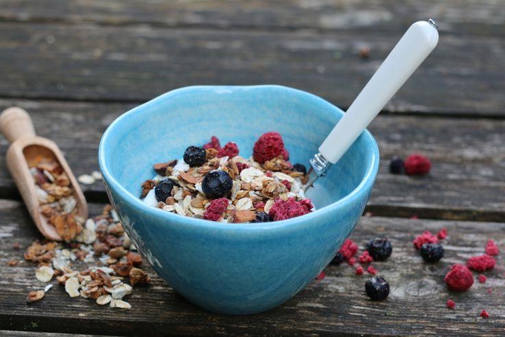 Jeg er ikke noe frokostmenneske, egentlig, men en skål med god granola, gresk yoghurt og friske bær går som regel ned på høykant. I alle fall denne granolaen, som er min favoritt akkurat nå.
