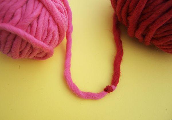 Dans ce post, We Are Knitters vous montre comment assembler deux pelotes ensemble très facilement