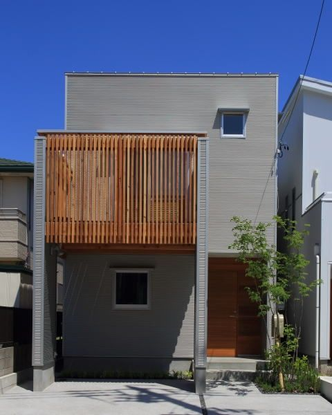 シンボルツリーが建物を引き立てます。バルコニーは目隠しをしながら光や風を通す木格子。 専門家:悠らり建築事務所が手掛けた、外観(シンプル+ナチュラルな家)の詳細ページ。新築戸建、リフォーム、リノベーションの事例多数、SUVACO(スバコ)