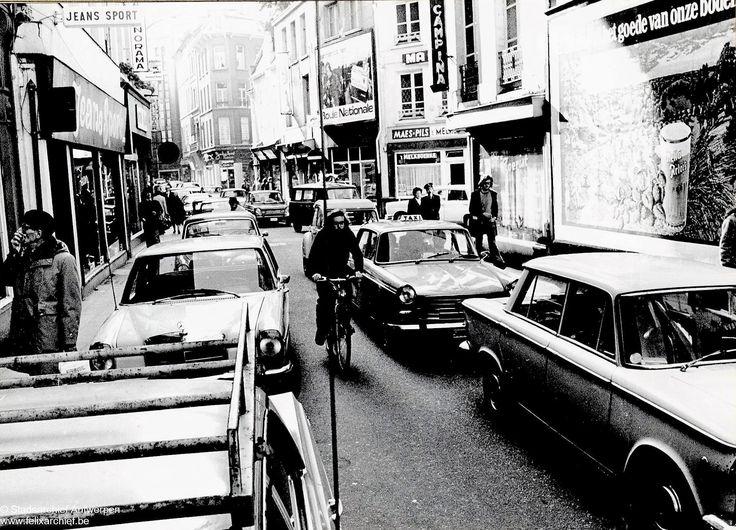 De Melkmarkt richting Eiermarkt ter hoogte van de doorsteek naar de Lijnwaadmarkt met cafe Toerist en het Melkboerke aan de linkerzijde van de straat Jeans Sport. Op de achtergrond de zijgevel van de Grand Bazar. 1974