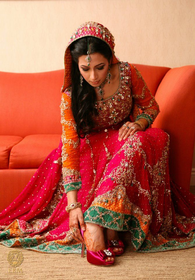 color combo for mehndi,,,,,,,,,,,,,,,,lovely....hit hit hit Check out more desings at: http://www.mehndiequalshenna.com/