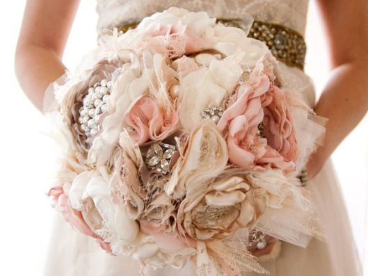 Bouquet con flores de tela, perlas y broches