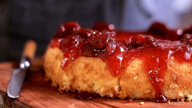 Receita com instruções em vídeo: Essa receita de bolo capixaba é fácil de fazer e vai agradar todos os paladares.  Ingredientes: 3 gemas, 3 colheres de sopa manteiga derretida, 2 xícaras de açúcar refinado, 1 xícara de leite morno, 1 xícara de farinha de trigo, 1 colher de sopa de fermento químico, 3 claras, 1 xícara de geleia de frutas vermelhas