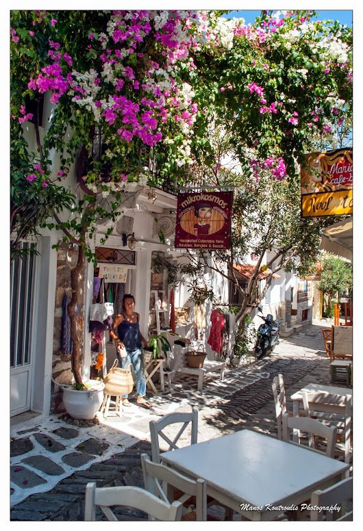 Beautiful quiet alleys that you can enjoy the taste and the traditional cuisine of the inhabitants ... Skiathos island-Greece
