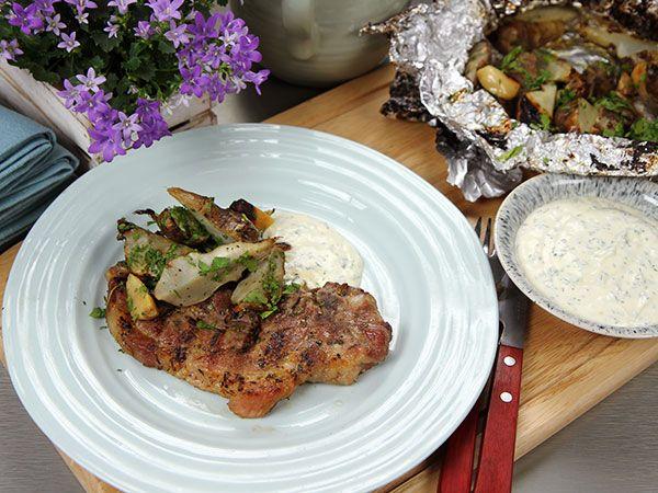 Grillade jordärtskockor med fläskkarré och snabb bearnaise | Recept.nu