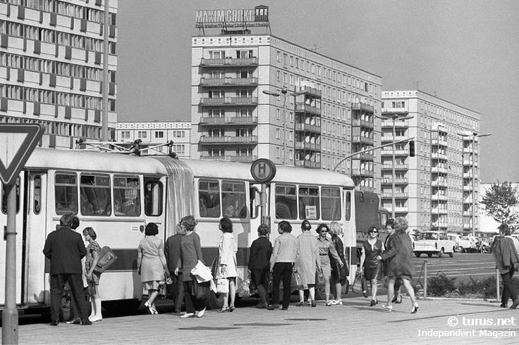 Bushaltestelle an der Karl-Marx-Allee in Ostberlin, 1970