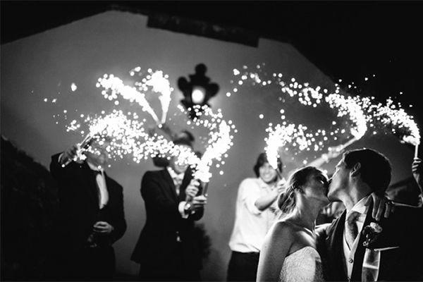 Noivos e foguetes em tamanho gigante. #casamento #noivos #convidados #beijo #foguetes #Portugal #PedroVilelaPhotography