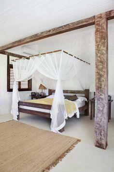 Casa de praia em Trancoso - Decoração rústica e aconchegante - Casa Tiba - Quarto branco e madeira ( Projeto: Vida de Vila )