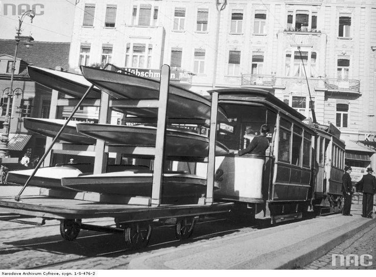 Kajaki ułóżone na specjalnej przyczepce tramwajowej przewożone nad Brdę.1934
