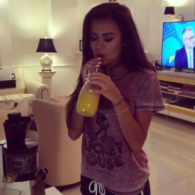 """Natalia Siwiec robi sok """"zy mango"""". #siwiec #sok #mango http://dodawisko.pl/9579-natalia-siwiec-robi-sok-zy-mango.html"""
