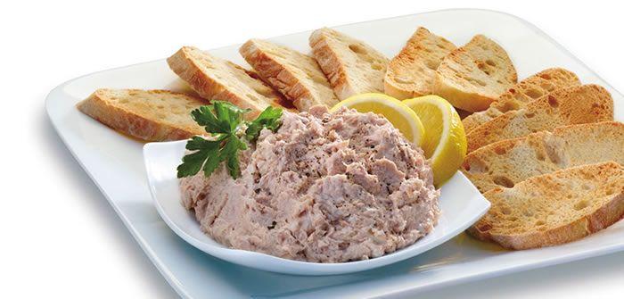 Patê de atum. 1 lata de atum solido 200g de maionese 1 cenoura média Coentro à gosto 1/2 cebola ralada