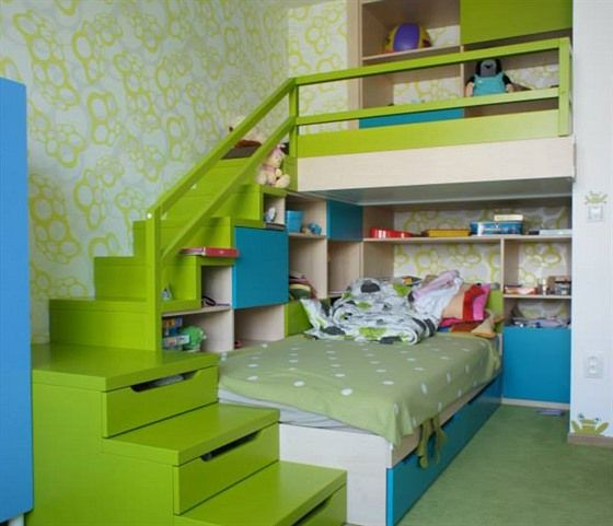 Dětský pokoj využívá veselé barvy, schody nabízejí úložný prostor na hračky i oblečení.