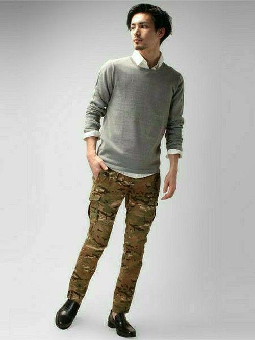 シンプルなシャツ+ニットを組み合わせたスタイリングです。迷彩パンツは九分丈の細身シルエットですので、
