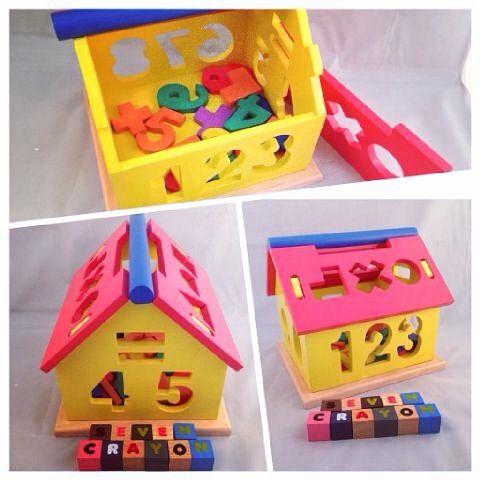 Mainan kayu edukatif rumah angka ini berfungsi untuk mengenalkan angka dan bentuk tanda bilangan serta warna.