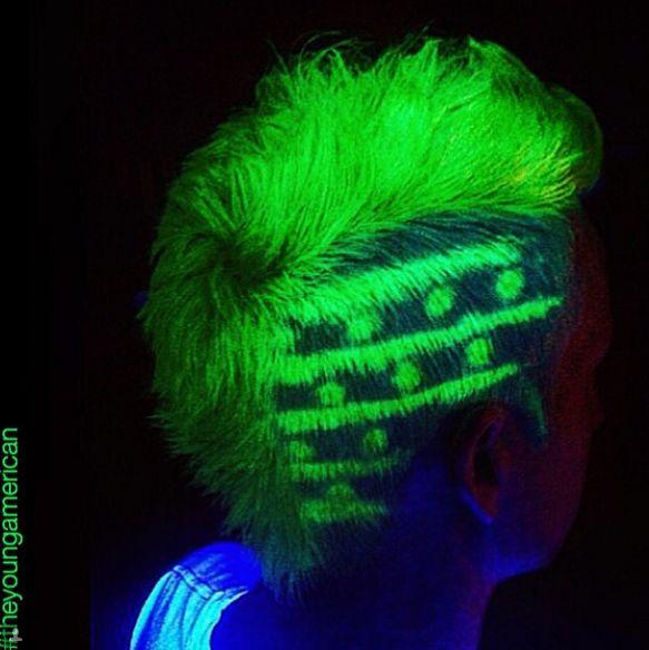 Peinado chico y el cabello que brilla en la oscuridad
