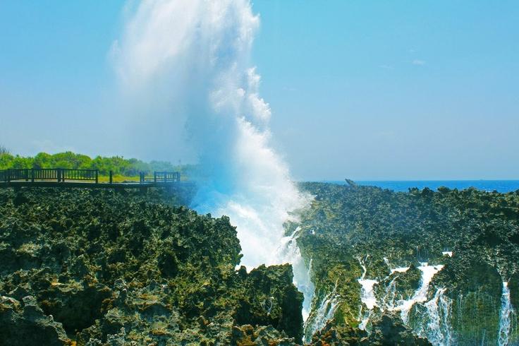 Water Blow, Nusa Dua, Bali. Dinamakan demikian karena air (ombak) yang datang akan menabrak celah dinding karang yang ada. Ketinggian airnya bisa bisa mencapai 10 meter ke atas.