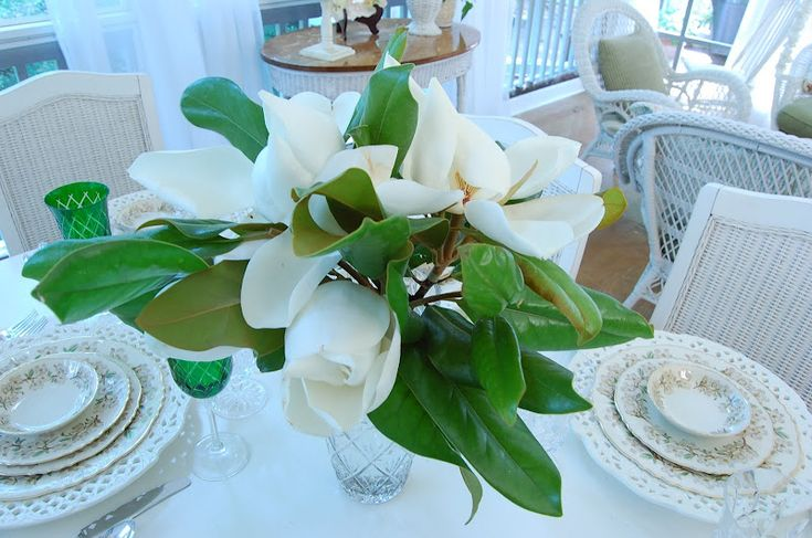 Magnolia Centerpiece - My magnolias are just starting to bloom, so this will be lovely.Magnolias Centerpieces, Tablescapes Thursday, Pretty Tablescapes, Pretty Things, 144Th Tablescapes