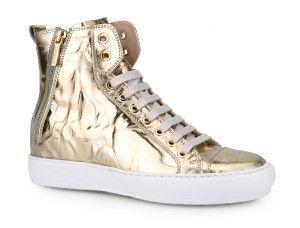 Sneakers alta in pelle oro invecchiata. Chiusure zip laterali. Suole in gomma. Shop now: http://www.fabiboutique.com/it/14edsbd258speluna.html
