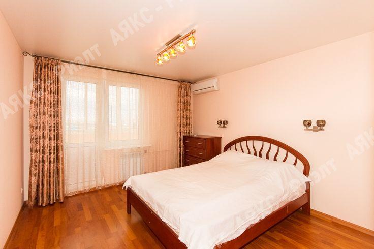 Спальня. Возможна роспись стены (восточные орнаменты, мотивы). Отсутствует текстиль на кровати.