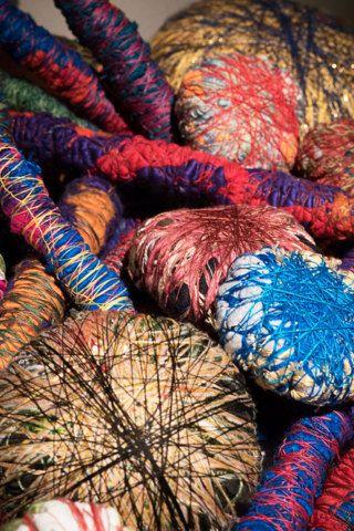 Het TextielMuseum begint het nieuwe jaar met een grote solo-expositie van de Amerikaanse kunstenares Sheila Hicks (1934), pionier op het gebied van textiel en kunst. Met haar kleurrijke werk, dat varieert van monumentale textiele installaties in gebouwen tot metershoge sculpturen en betoverende miniaturen, maakt zij sinds eind jaren '50 furore.