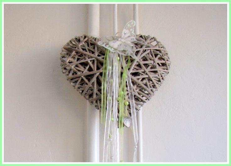 Groot rieten hart versierd met linten, voor op de kinderkamer - Creatief en Simpel - Ga naar onze site voor de uitleg en meer leuke ideeen.