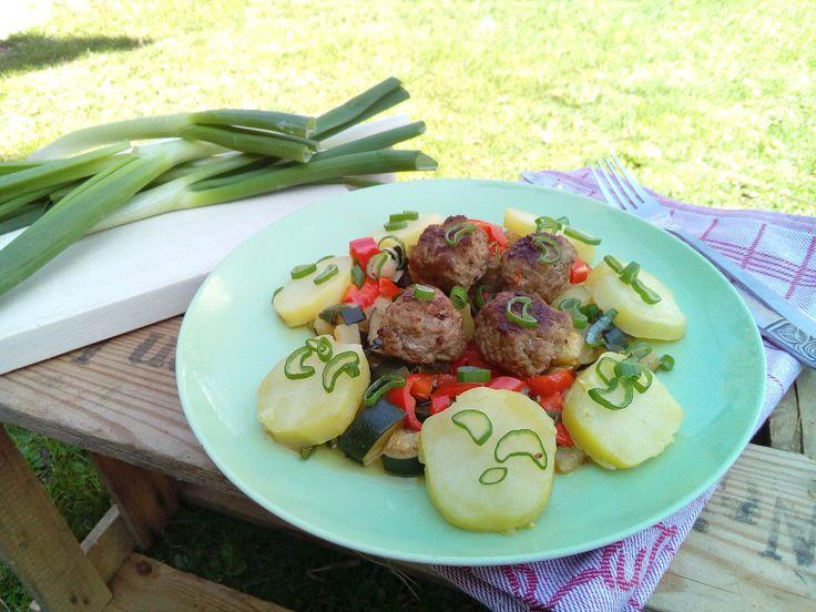 Die Gemüsepfanne mit Fleischbällchen ist in 30 - 45 Minuten auf dem Tisch.Toll daran ist, dass man das Gemüse nach Lust und Laune variieren kann.