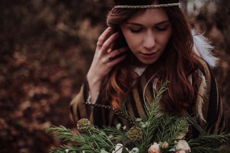 wedding session in the forest / bridal bouquet / wedding dress lace / autumn forest / leśna sesja ślubna / sesja w lesie / leśna miłość / fot. Kamila Piech