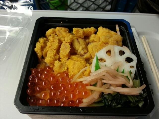 東京出張も終わり、これから大阪に帰ります!  そこで、東京駅といえば、日本一の駅弁の数です!  今回はそのなかでも!  人気ナンバースリーに入る!      ウニ弁当です!          ウニ、いくら、れんこん、高菜、生姜、  以上が入ってます!    1100円は少し高いかな?  とりあえず!  ご馳走さまでした!