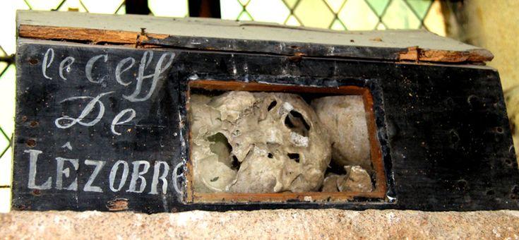 """Chapelle Kermaria-an-Iskuit de Plouha (Bretagne) La boîte à crânes contient deux crânes qui proviennent d'un tombeau qu'abritait la chapelle et qui fut détruit à la révolution. Il s'agit du crâne du baron de Les Aubrays (en breton Lezobré), mort en 1651, et celui de sa fille découverts en 1850 au moment où l'on parlait de démolir la chapelle. Une femme pieuse aurait recueilli ces reliques dans cette fameuse boîte à crânes sur laquelle elle aurait dû indiquer : """" Chef de les Aubrays """". Jean…"""
