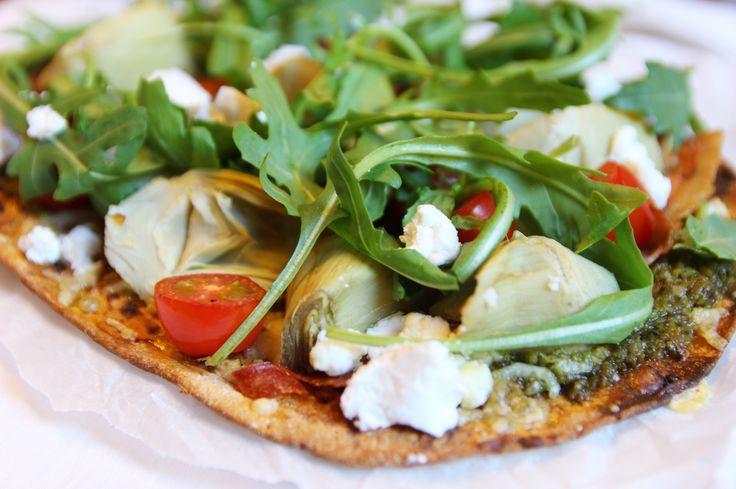 Flatbread pizza met artisjok, geitenkaas en bacon - Healthyfans
