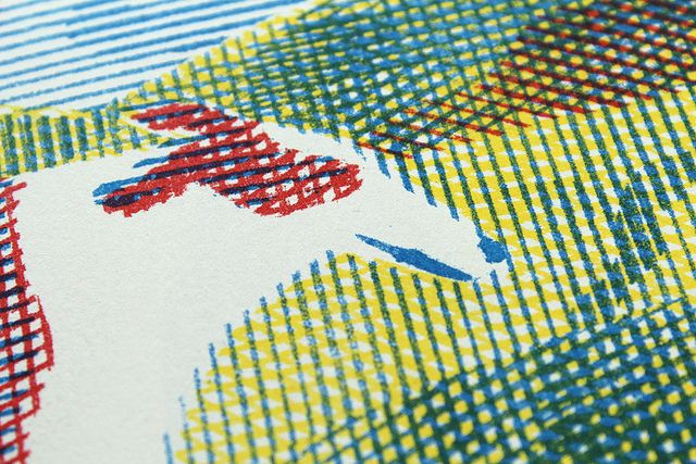 Illustration Aurélien Débat. Impression sur photocopieuse RISO, par papier Machine. Imprime plusieurs couches superposables comme en sérigraphie. Possède un rendu particulier et des limitations comme la lenteur du séchage et de légers décalages entre les couches. C'est une imprimante monochrome : imprime une couleur à la fois. C'est en passant la feuille plusieurs fois dans l'imprimante, avec à chaque fois un tambour différent, que l'on peut faire de la bichromie, trichromie, etc
