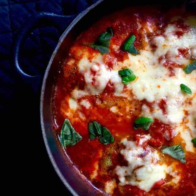 Het werd weer eens tijd voor gehaktballen. Echt comfort food, ik houd ervan. Deze pesto-gehaktballen maken is eigenlijk heel simpel. Je bakt ze even aan en je laat ze in de oven garen in een tomatensaus met mozzarella. Ik weet er gaat niets boven eigengemaakte pesto, maar ik had weinig tijd en dan