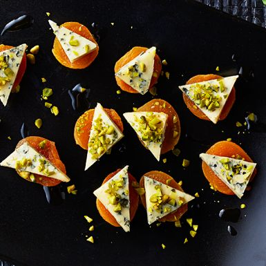Enklaste tilltugget till festen? Utan tvekan är det dessa sötsyrliga aprikossnittar med smakrik ädelost och knapriga pistagenötter! Snittarna går inte bara snabbt som attan att göra, resultatet blir dessutom imponerande vackert.